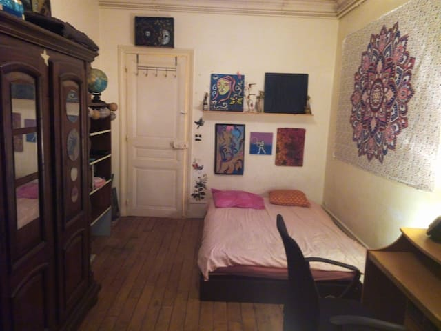 "Room "" Karmacoma "" @ "" imagine "" Apartment"