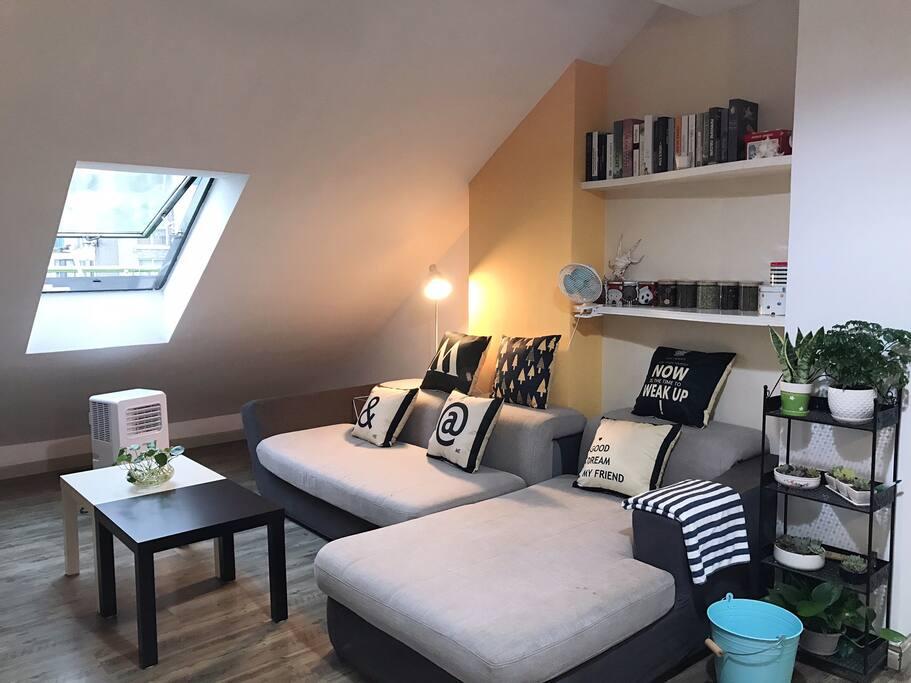 温馨的客厅,大大的沙发躺着看电视超舒服
