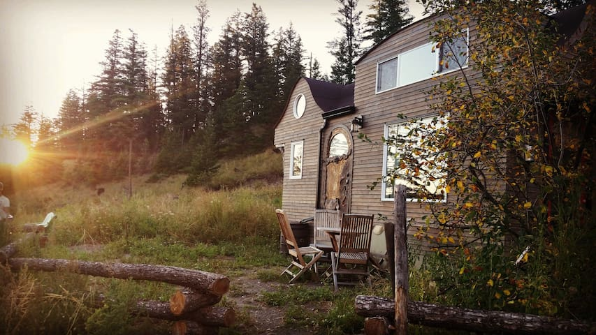 Tiny House B&B Getaway with Hot Tub - Alkali Lake - Pousada