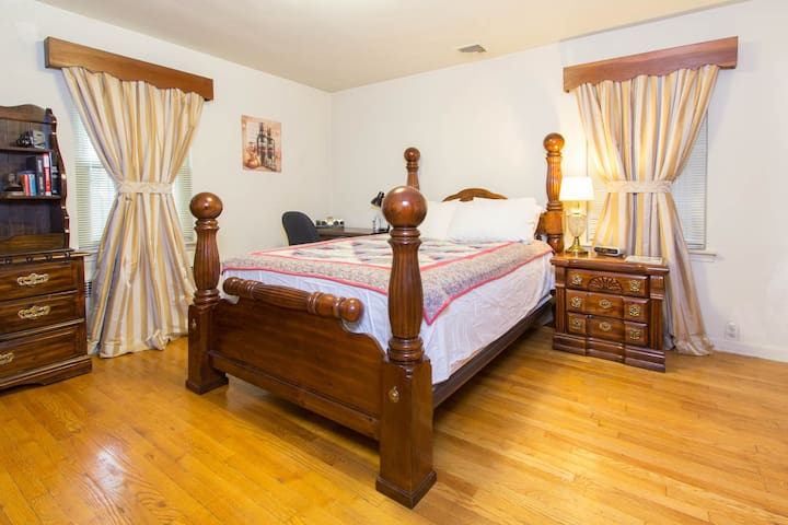 Ample Parking, Across from Park & Public Transit - Queens - Casa
