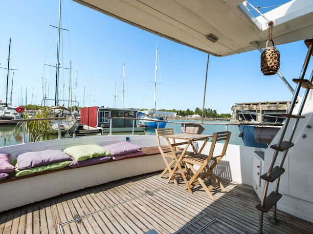Charming 2br on boat with terrace on the waterfront of Bordeaux – Welkeys