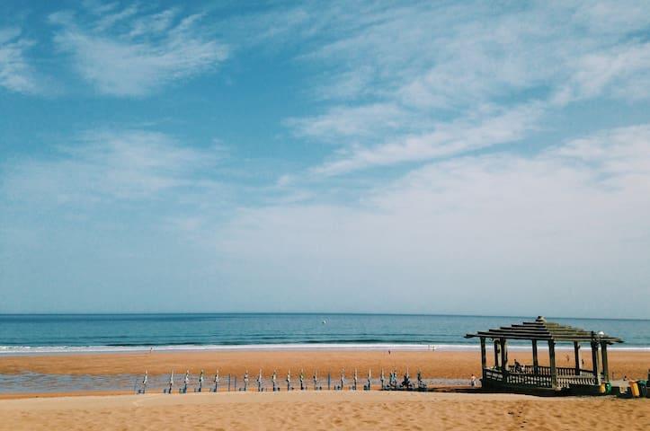 La playa vista desde la pergola del 'desierto pequeño'