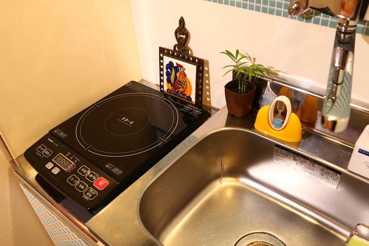 小さなキッチンが各部屋にあります。IHクッキングヒーターをお使いください。