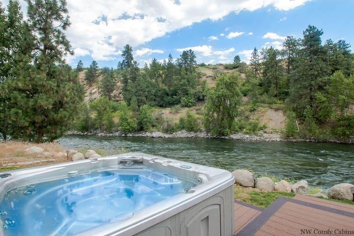 LEAVENWORTH RIVER HAUS, Wenatchee River View, WiFi, Hot Tub, Sauna & Dogs OK- Leavenworth River Haus-4 Bedroom, 4 Bathroom