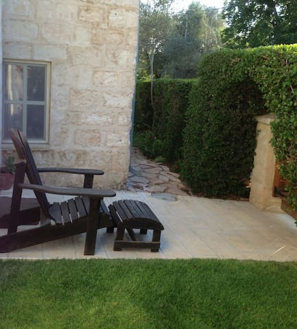 Private unit in a antique stone Templer house - אלוני אבא - Apartamento