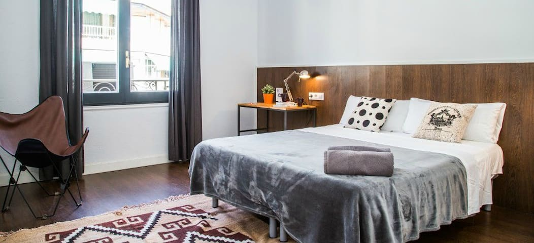 There are 2 Superior Double Bedrooms in the Traveller House. The main difference with the standard bedrooms are the exterior windows which bring a lot of nice sunlight into the bedroom.