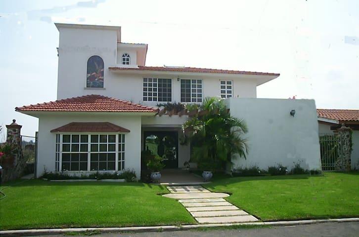 Hermosa casa en Lomas de Cocoyoc. - Cocoyoc - Casa