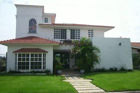 Hermosa casa en Lomas de Cocoyoc. - Huis