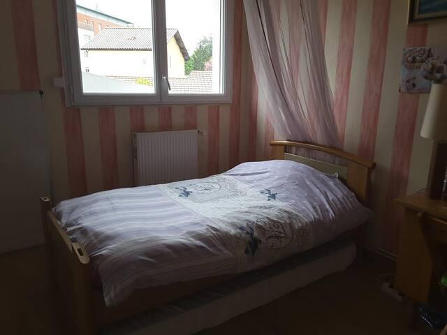 Chambre privée à 2 km du stade - Décines-Charpieu - Hus