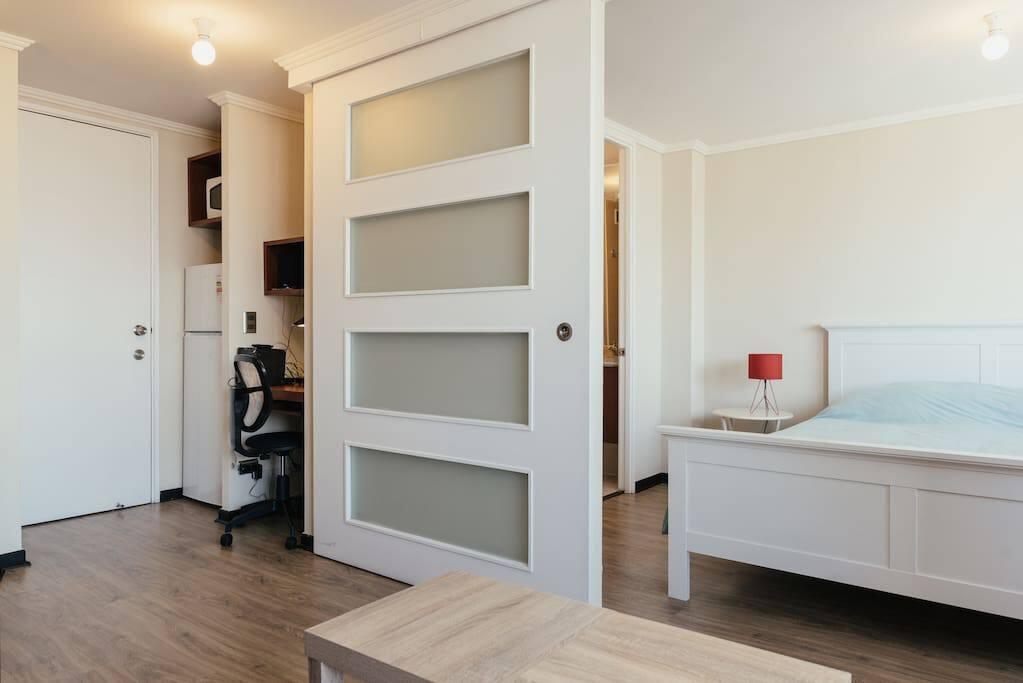 Una habitación amplia con cama Box Spring de alta calidad con sábanas blancas de 200 hilos, frazada y plumón y 4 almohadas, respaldo de cama, 2 veladores y 2 lámparas en cada velador.  Disfrútala!