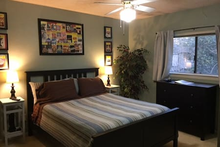 Queen Bed With Private Bath in Quiet Neighborhood - Houston - Casa