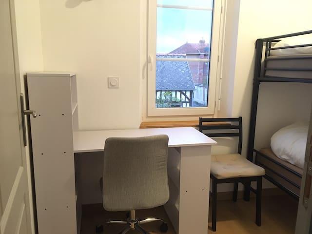 Petite chambre dans une maison de maître
