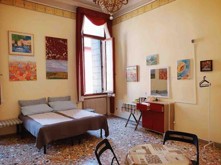 Big comfy and classic room(5-minutes to Rialto)