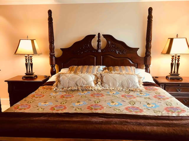 Cozy Private Master King Bedroom Near UBC