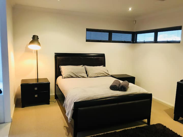 Main en-suite room in shared modern  f/f house