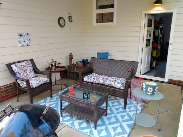 Chill. Patio with seating and small firepit. Feel free to use it, plenty of wood in the back yard, please be careful when using.  Doorway leading to garage, which then leads into the house. Poo bags provided.