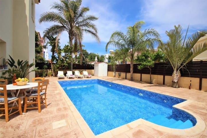 Villa Sea Shell, 3 bed + pool, by the Sea