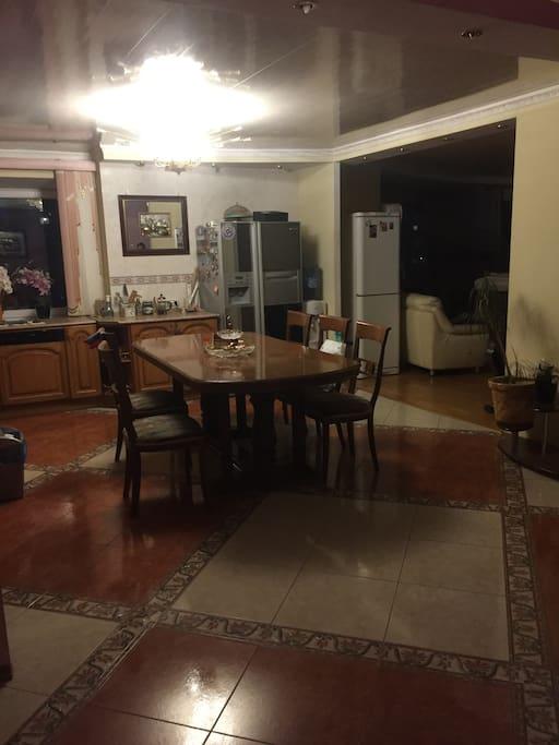 Просторная кухня с коридором на 10 человек