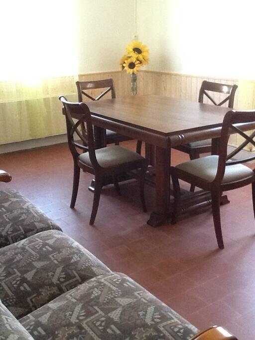 Salon, salle à manger avec canapé et fauteuil