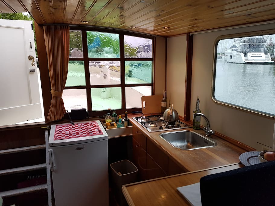 Fully equipt kitchen  with all the pots and pans, plates and cutlery , 4 pits gas stove.  Fridge. But also oil , vinager salt pepper. And some cofee and tea