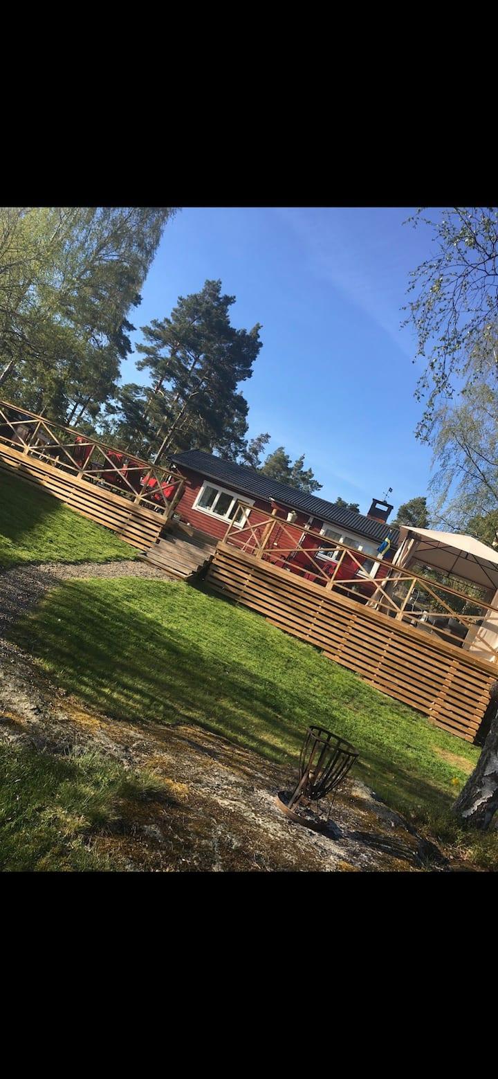 Stuga/ hus med två gästhus, på Värmdö.