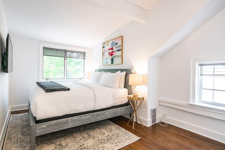 King Size Bedroom with Smart TV, Premium Mattress & Hotel Grade Linens