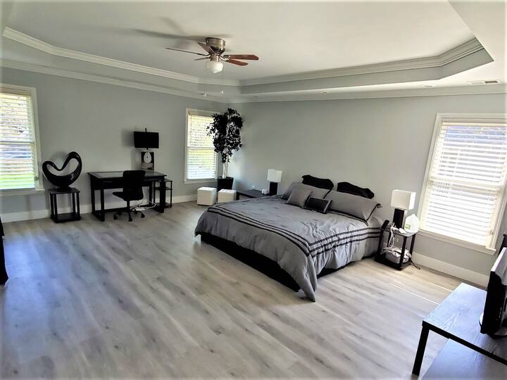 Beautiful Modern House 2 Miles to downtown