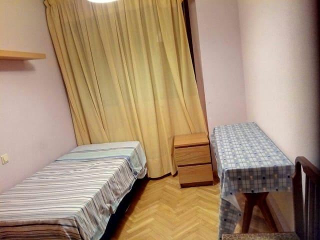 Habitación privada en urbanización - Madrid