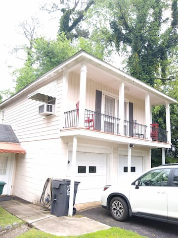 Buford Loft in Historic Vineville-Navicent 2 Miles