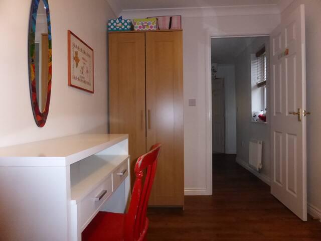 Bedroom/desk/wardrobe
