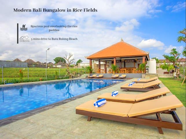 Moderner Bali Bungalow in Reisfeldern