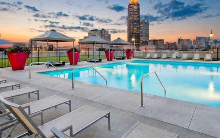 ☆☆☆Downtown Apt*Rooftop Pool OPEN*Free Park