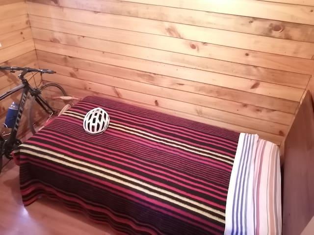 Ofrezco dormitorio en cabaña SAN FABIÁN DE ALICO.
