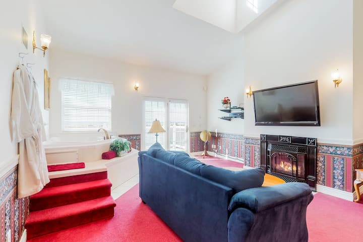 Dog-friendly, ocean view suite w/ balcony, full kitchen, & fireplace