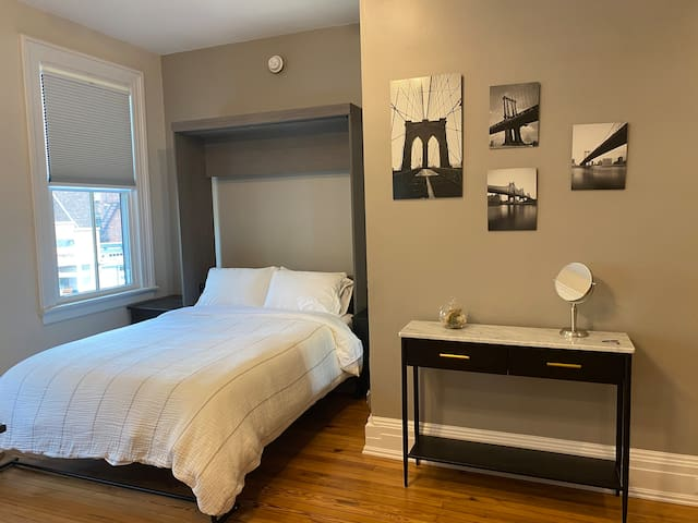 Serene & comfortable sleeping with day/ night shades in a cozy corner. Luxury cotton linens, brand new Queen size memory foam hybrid mattress, luxe hotel pillows, individually controlled Mitsubishi heat/AC/ fan unit. You won't want to leave!