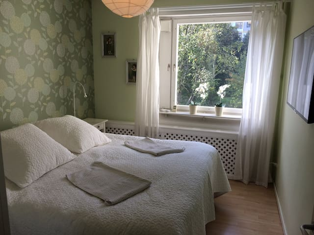 Bright, comfortable place,10 min to Stockholm city - Solna