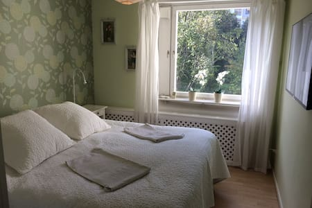 Bright, comfortable place,10 min to Stockholm city - 索爾納(Solna)