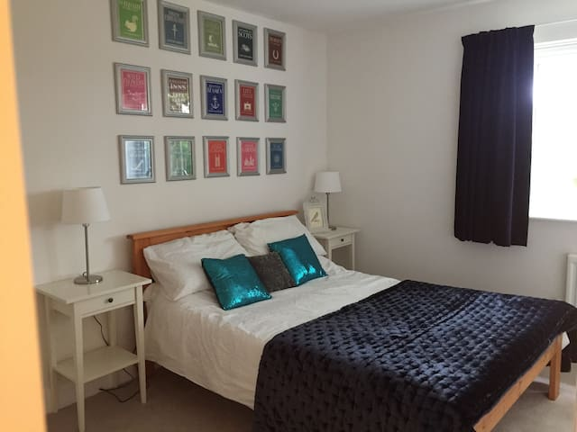 Modern en-suite room, quiet area near Hull (& uni) - Cottingham