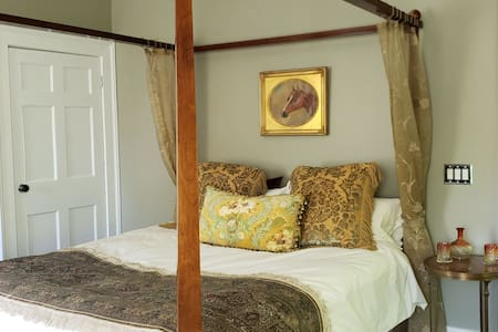 4 Poster King Ensuite Bedroom with private bath