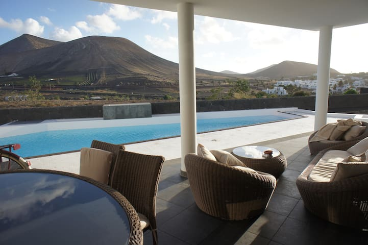 3 bedroom Villa with stunning views, heated pool - Uga - Huis