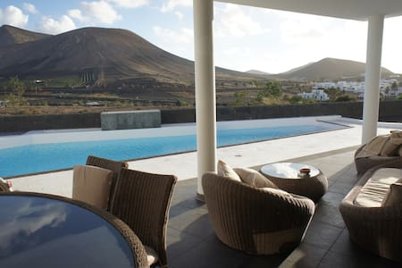 3 bedroom Villa with stunning views, heated pool - Uga - Hus
