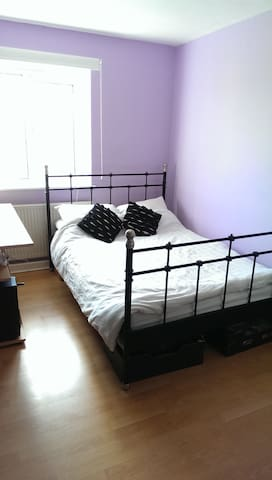 Light airy room with view of All-England Club - London - Apartment