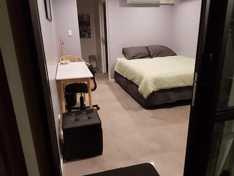 Brand new Sleep-out/studio - 200 metres from Bus!