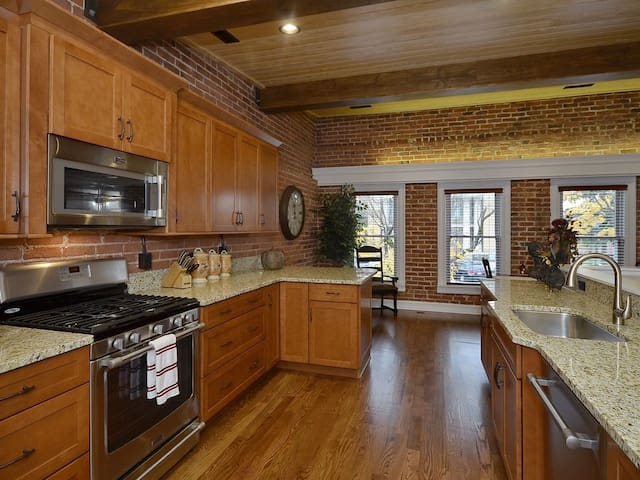 Well stocked, beautifully updated kitchen features upgraded appliances & granite