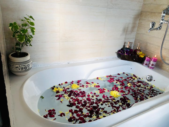 Rooftop Soft Petal with BathTub & Breakfast ★★★★★