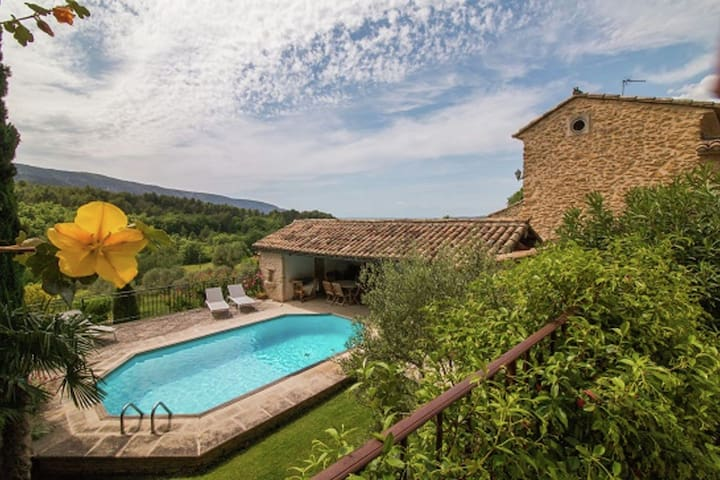 Magnificent Holiday Home with Swimming Pool in Oppède