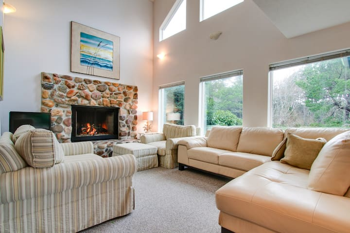 Relaxing home around corner from Siletz Bay! Includes jetted tub & lots of space