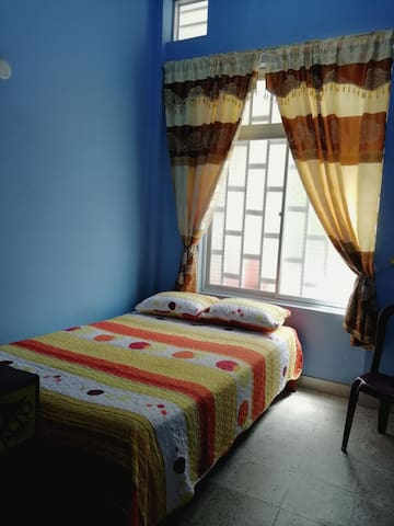 Dormitorio privado con cama matrimonial.