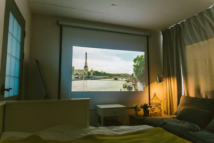 100inch movie screen w/ brand NEW Hitachi beam projector.