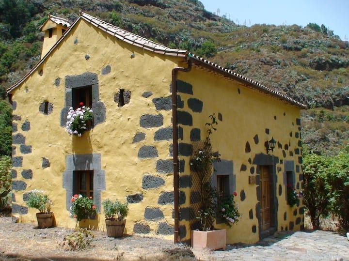 Coqueta casa rural de piedra, con encanto